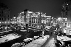 Opera at Night (Weiko) Tags: vienna wien city blackandwhite snow blancoynegro lafotodelasemana austria nikon opera nieve ciudad bn stadt viena osterreich 2009 oper staatsoper d90 sigma1020 lfsganadormes weiko lfs022009 nikond90bw