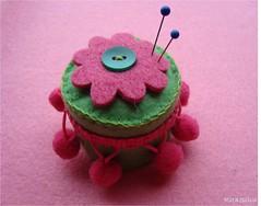 Alfinereira/pincushion (Sapos & trapos) Tags: pink verde green rosa felt feltro pompoms filz alfinete alfineteira alfineteiro pinscushion