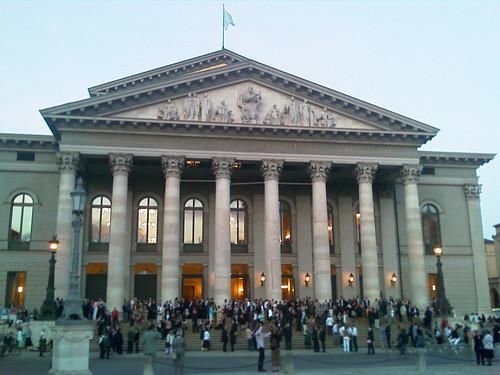 Мюнхенская опера во время антракта