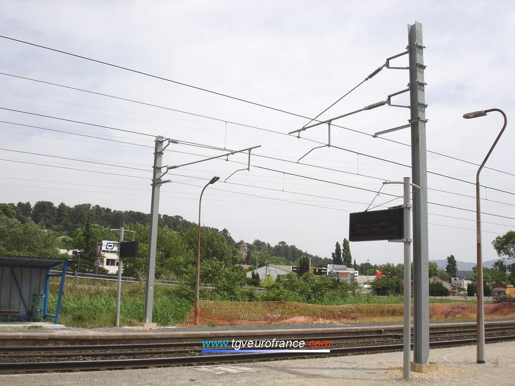 Supports de la caténaire 25 kV modifiés en vue de la construction d'une passerelle piétonne enjambant les trois voies futures sur la ligne SNCF entre Marseille et Aubagne