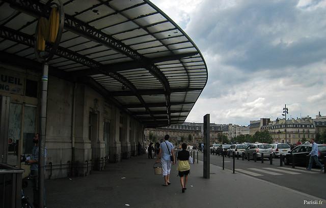 Marquise monumentale, protégeant les voyageurs qui attendent le taxi