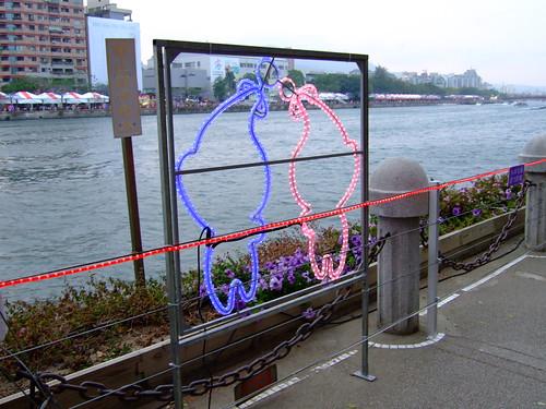 高雄市自行車道_西臨港線_101_愛河旁的魚形燈飾