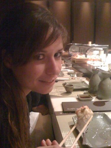 Andrea comiendo un trozo de roll