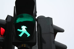 Berlin '09 (nuskaonline) Tags: light berlin verde green trafficlight walk greenlight semforo ampelman cruzar ampelmen ampampelmann