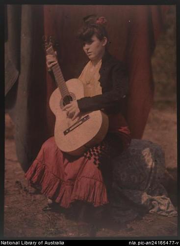 Su mujer, Jean, posando con la guitarra (1906).
