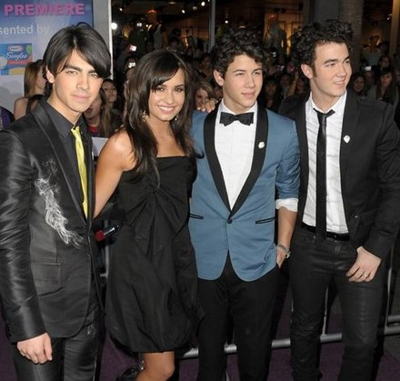 jonas-brothers-premiere-with-demi