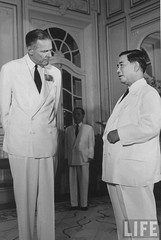 US Ambassador Henry Cabot Lodge Jr. (L) meeting with Pres. of South Vietnam Ngo Dinh Diem. 9-1963 par VIETNAM History in Pictures (1962-1963)
