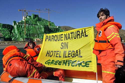 """acción pacifica desarrollada hoy por Greenpeace en el hotel ilegal de El Algarrobico (Carboneras, Almeria), con la que lo ha hecho """"desaparecer"""" tras cubrirlo con 18.000 metros cuadrados de tela."""