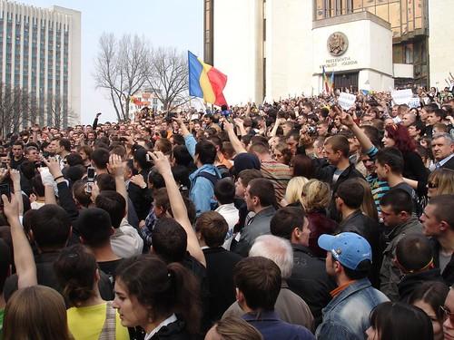 Vlad Filat şi Dorin Chirtoacă vin să îndemne pe oameni să meargă în Piaţa Marii Adunări Naţionale