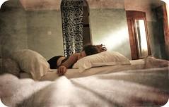 (maruan's travel [a bit away.. vEEEry busy]) Tags: sleeping lol dreadlock rastas leonor muitocalor travellingaround tohot omot adormir inahotelroom sheisasleepnow viajandopora