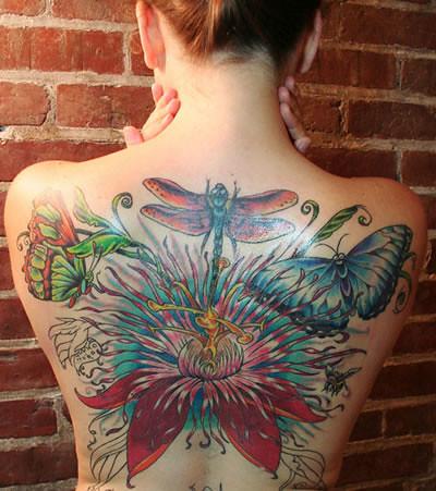 tatuagem de flor nas costas