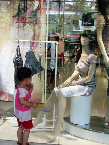 色色的小朋友盯着美女模特的大腿