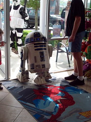Artoo checking out Free Comic Book Day at Heroes Landing (Toddorama) Tags: starwars r2d2 heroeslanding fcbdheroeslandingfcbd2010freecomicbookdayclermont