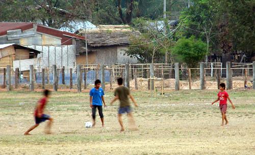 86.踢足球的寮國青少年