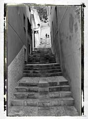 Escalera (Carlos Bonete) Tags: people buildings spain edificios ciudad personas ruina antiguo retoque cruzadas challengeyouwinner a3b 20tffotografadecalle 20tffotografa