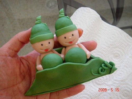 Fondant 'Two peas in a pod' cake topper