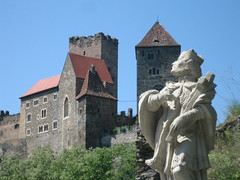 Hardegg - Castle View with Statue (lazzo51) Tags: tower castles austria travels europe fort citadel seat keep peel fortification tp stronghold fortress niedersterreich hold waldviertel donjon fastness hardegg babenberger safehold fasthold
