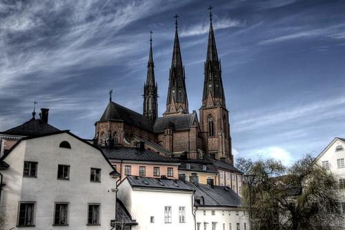 Uppsala. Catedral y casas blancas.