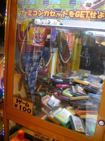 Máquina grúa retro para atrapar cartuchos con juegos de NES :)