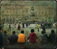 Milano Tourists and other Sentient Beings (Collin Key) Tags: city italien italy italia milano pigeons tourists stadt lombardia lombardy tauben menschenmenge mailand piazzadelduomo lombardei littlestories norditalien bej crowdedplace infinestyle memoriesbook platinumheartaward proudshopper theperfectphotographer oberitalien picswithsoul alwaysexc collinkey sensationalphoto artistictreasurechest visionqualitygroup visionquality100 worldsartgallery
