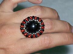 Anillo negro con rojo (perlasylentejuelas) Tags: anillos