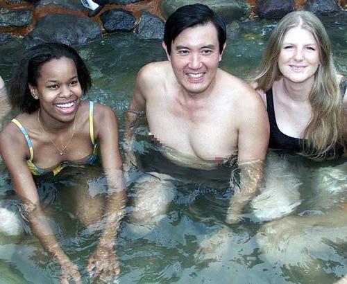 馬英九袒胸露乳露奶游泳泡湯還有妙齡泳裝女郎左擁右抱
