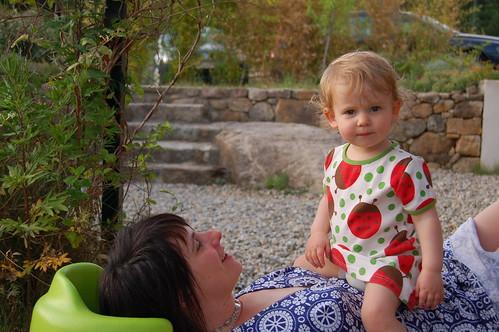 Janne zit op haar moeder