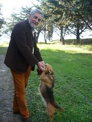 uomo che gioca con un cane