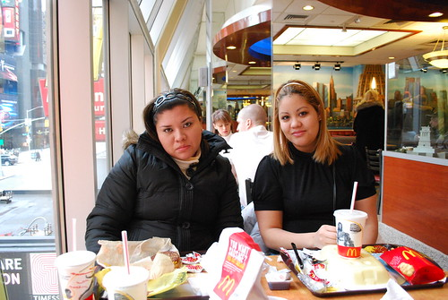 Wendy Y Oyuki En MacDonalds De Times Square by itziponce.