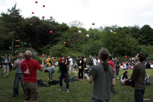 Groupe de personnes en train de faire un petit concours de jonglerie