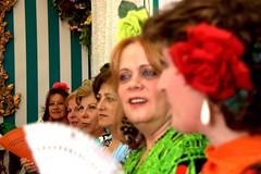 Mujeres al borde (Reina Ca) Tags: espaa fan sevilla andaluca spain women faces seville mujeres andalusie abanico profundidaddecampo rostros feriadeabril eos450d trajesdegitana tamron18270 reinaca ngelacapitn