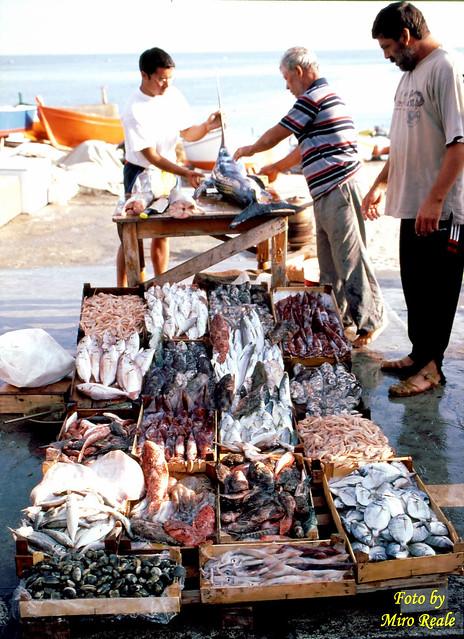preparazione bancarella pesci ad aspra