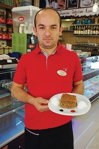 35 dakika gibi kısa bir sürede hazır hale gelen Havana Cafe'nin havuçlu tarçınlı keki isteğe bağlı olarak dondurmayla da servis ediliyor