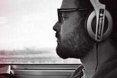 Manuel escucha música