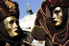 coppia di maschere con la campana della torre dell'orologio (Nicola Zuliani) Tags: venice campana carnevale venezia coppia maschere nizu nicolazuliani wwwnizuit