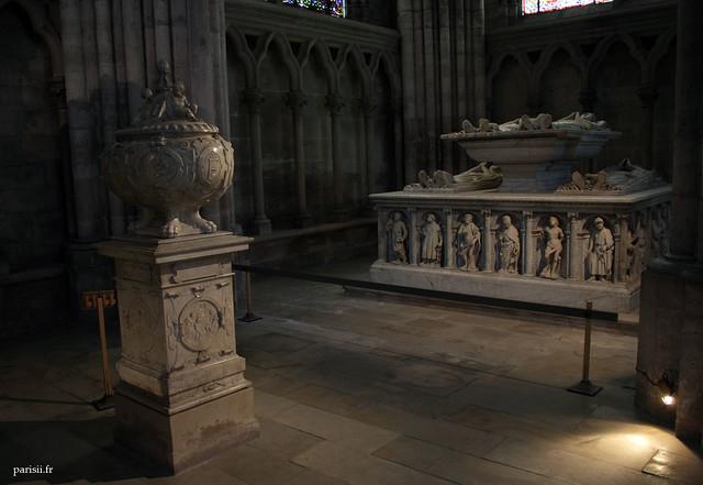 Cénotaphe du coeur de François Ier au premier plan. Derrière, les gisants des Ducs dOrléans.