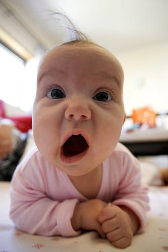 フリー画像|人物写真|子供ポートレイト|外国の子供|赤ちゃん|驚く|フリー素材|
