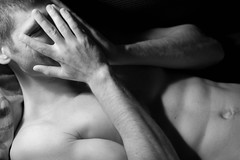 Giochi (Lilith Ecate) Tags: boy portrait playing man hands retrato mani manos hidden uomo hide hiding ritratto hombre viso escondido ragazzo nascosto sorridere giocare sonriendo esconder nascondendo