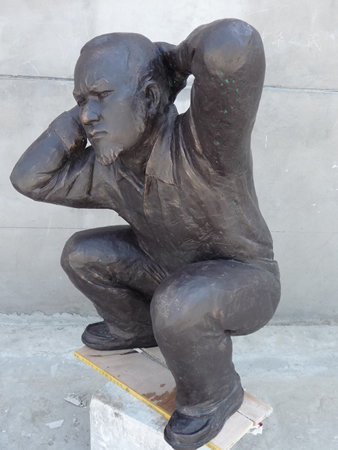 郝劲松行为艺术:蹲下双手抱头