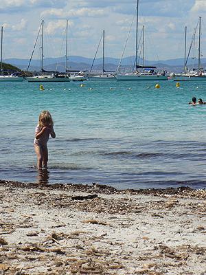 petite fille au bord de l'eau.jpg