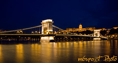 Budapest by night: Lnchd - Chain Bridge - Kettenbrcke (m6sport) Tags: world life city bridge blue light castle water beautiful night canon dark licht photo wasser hungary die budapest hour stadt das usm blau duna brcke fluss der ungarn buda pest burg donau uhr ungheria magyarorszg hungra fny lnchd ra szchenyi hongarije hongrie hwngari ungern wgry kk herrlich maarsko unkari 40d abigfave maarska fnyek colorphotoaward bildschn kkra pestbuda m6sport geprnge budapestlife