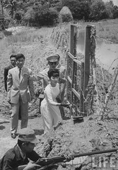 7-1962 Mrs. Dinh Nhu Ngo, Vietnams's First Lady, inspecting perimeter defenses. par VIETNAM History in Pictures (1962-1963)