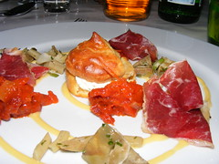 1. Gang Süd : Ziegenschinken mit Gorgonzolaprofiterole mit Artischocke und Tomate