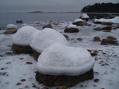 The beachstones have taken their winterhats on (Basse911) Tags: winter snow ice beach water strand suomi finland playa balticsea hanko talvi hus archipelago ranta hangö sooc
