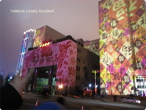 傻蛋以為市府入口這粉紅色的外牆也是打光的