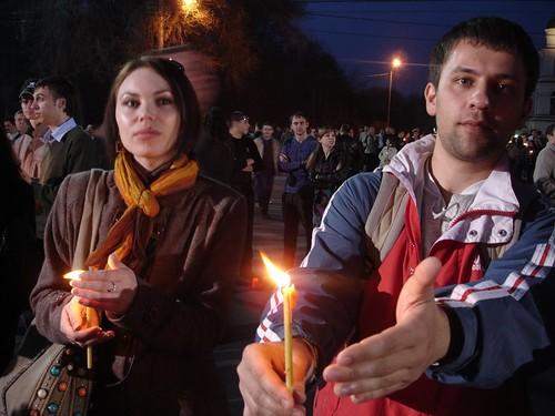 Tineri cu lumânări la mitingul in legătură cu fraudarea alegerilor din 5 aprilie 2009
