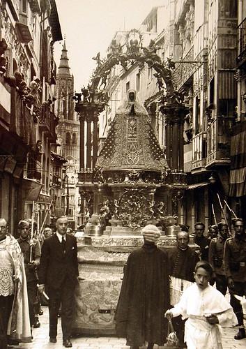 Procesión de la Virgen del Sagrario en la Calle Comercio (Toledo) tras el final del Asedio al Alcázar