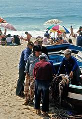 Pescadores en Nazar, 19 (1977) (perfilmnim) Tags: barcos manual nikonf2 manualfocus pueblos robs cameraclassic enfoca perfilmnim ilustrarportugal camaraclasica