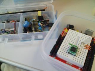 プロトシールドのブレッドボードに配線していきます が・・・ピンセットがないとやってられん!