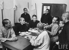 11-1963 Unid. monks, at military coup, after overthrow of Diem Regime. par VIETNAM History in Pictures (1962-1963)